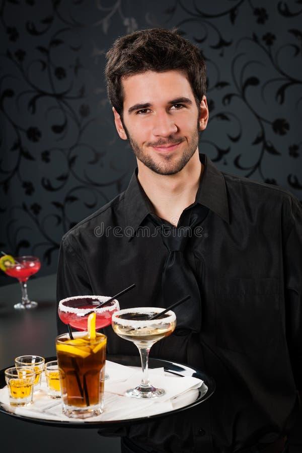 Het professionele van de de staafgreep van de barmancocktail dienende dienblad stock foto's