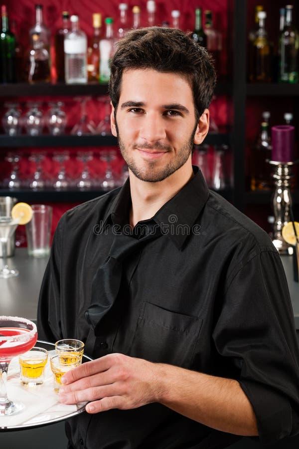 Het professionele van de de staafgreep van de barmancocktail dienende dienblad stock afbeelding