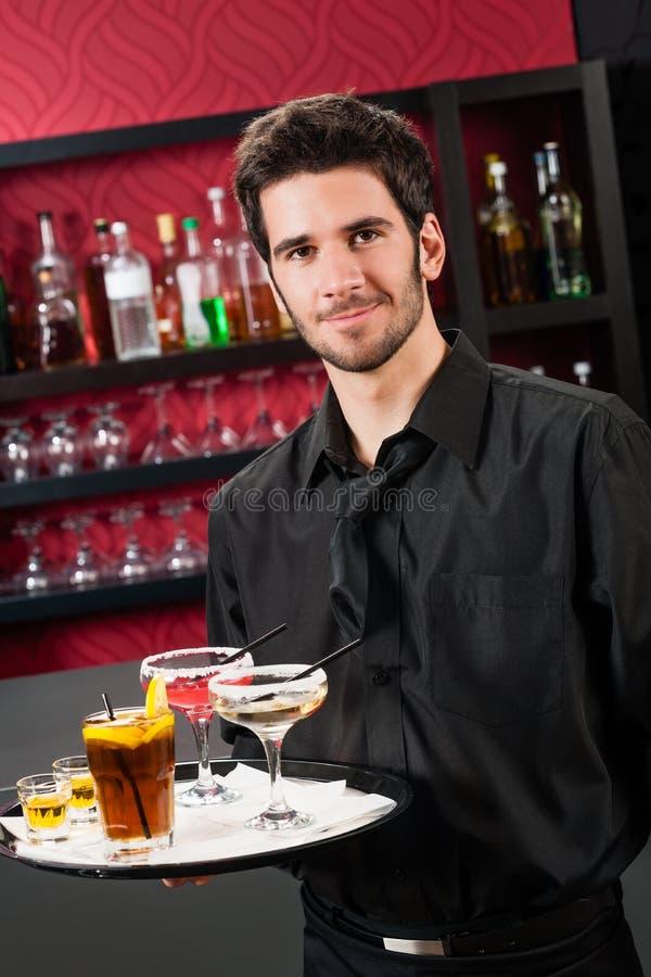 Het professionele van de de staafgreep van de barmancocktail dienende dienblad stock afbeeldingen