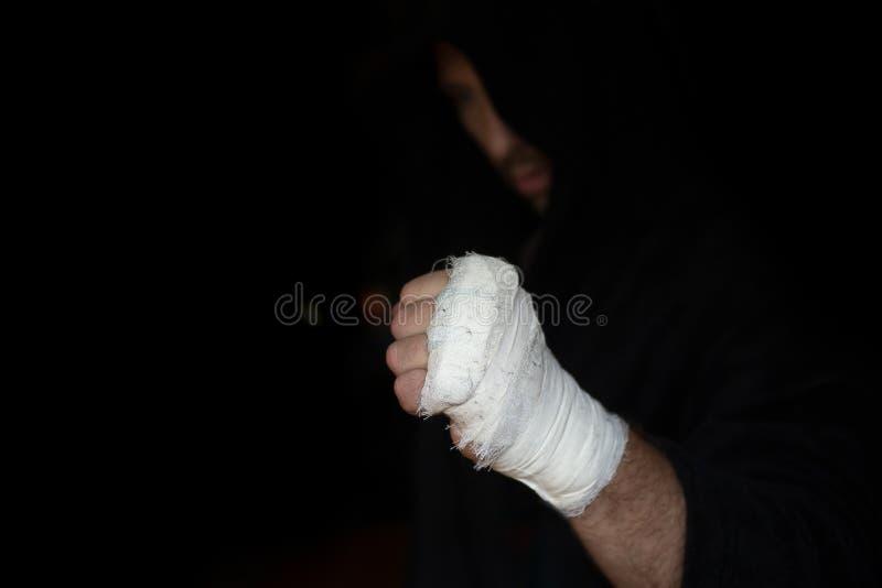 Het professionele vastbinden Hand van Probokser met verband op de vuisten vóór strijd De professionele vechter wordt voorbereid i royalty-vrije stock foto