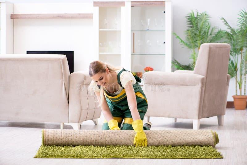 Het professionele vrouwelijke schonere schoonmakende tapijt stock afbeeldingen
