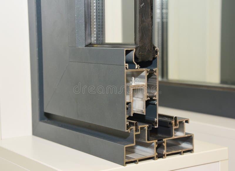 Het Profiel van het aluminiumraamkozijn Dwarsdoorsnede van energie de Efficiënte Vensters Transparant Glas drie stock foto