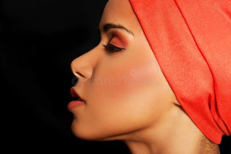 Het profiel van de aantrekkelijke vrouw in tulband. Gesloten ogen. stock foto