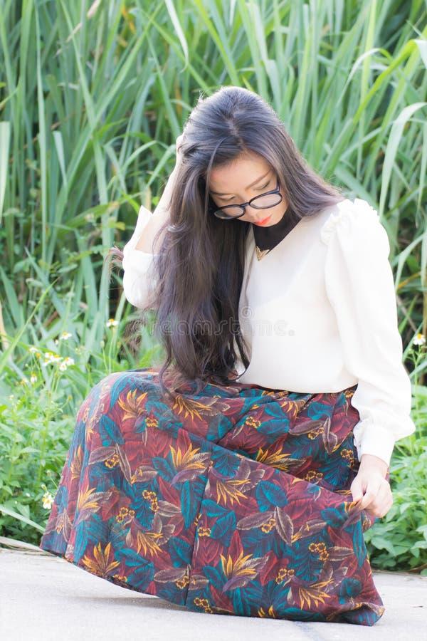 Het profiel van een jonge Aziatische vrouw ziet eruit royalty-vrije stock afbeeldingen