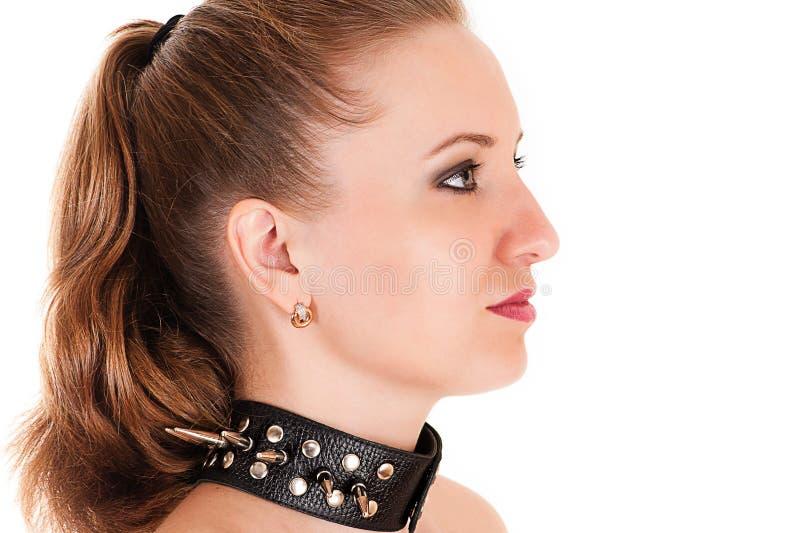 Het profiel van het vrouwengezicht met spiked kraag royalty-vrije stock afbeelding