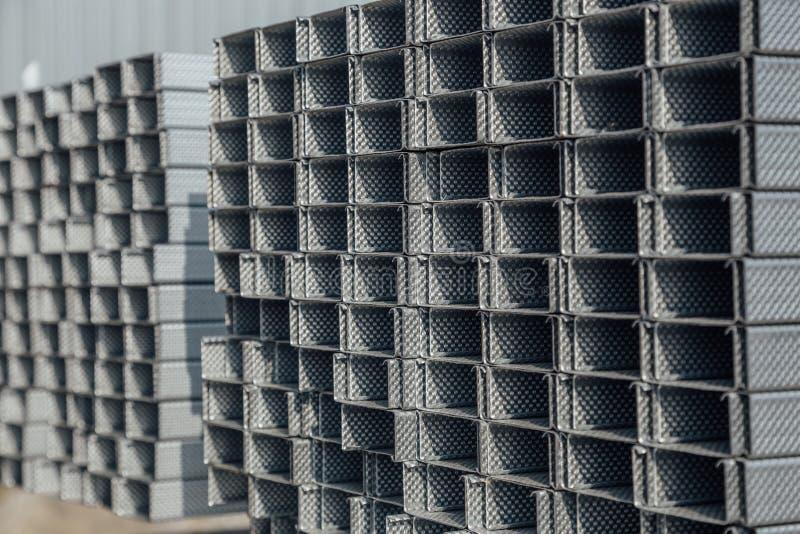 Het profielpijp van het bouwstaal van rechthoekige vorm met golfoppervlakte in pakhuis stock foto