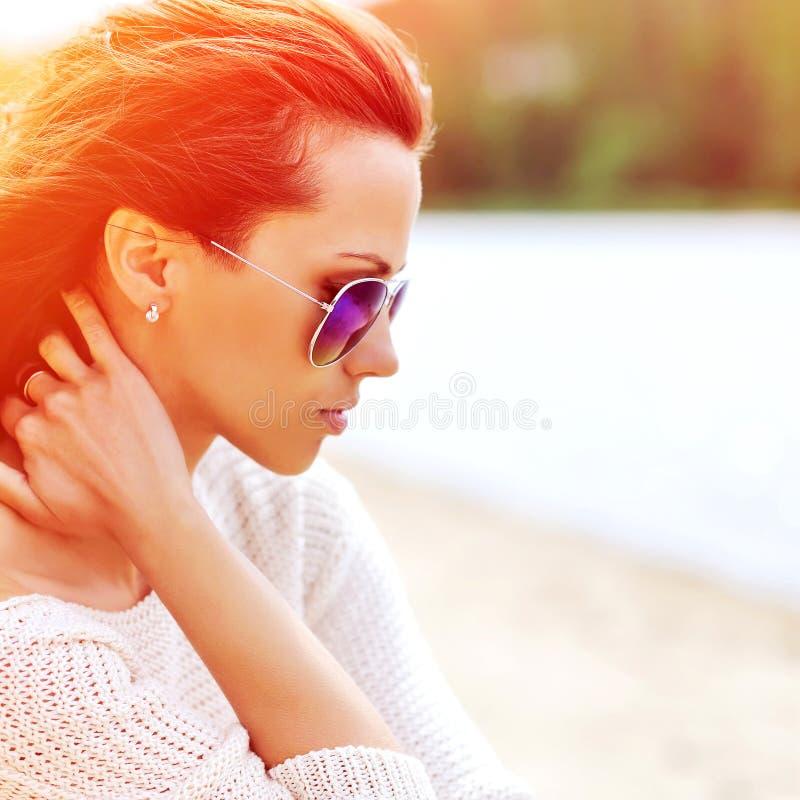 Het profielportret van de manier mooi vrouw in zonnebril - dicht u stock fotografie