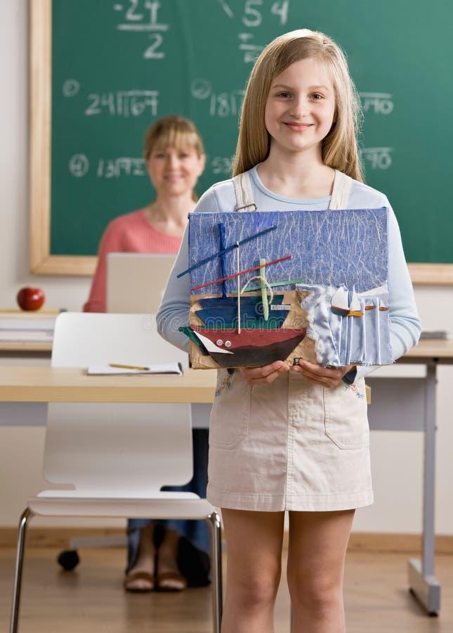 Het project van de de holdingskunst van de student in schoolklaslokaal stock afbeeldingen