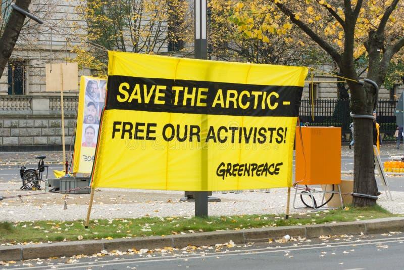 Het protest door de activisten van Greenpeace in Berlijn stock fotografie