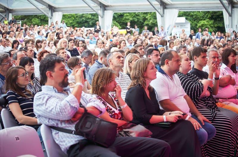 Het publiek luistert Lars Danielsson huidige Liberetto 2 programma in kwartetformaat stock afbeeldingen