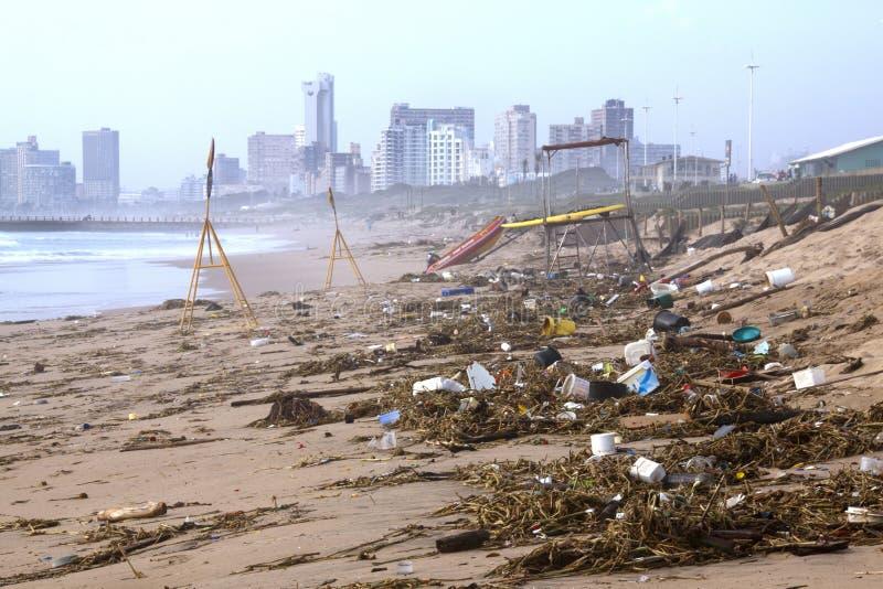 Het puin op Strand waste omhoog na Springtijen, Durban royalty-vrije stock foto's