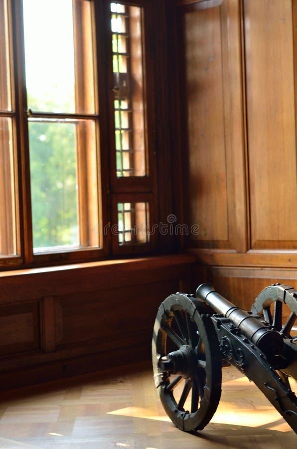 Het punt oud kanon van het museumtentoongestelde voorwerp op wielen royalty-vrije stock fotografie