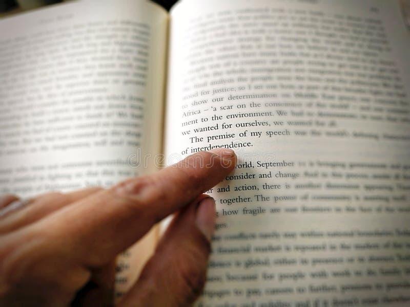 Het punt van de mensenvinger bij brief stock afbeelding