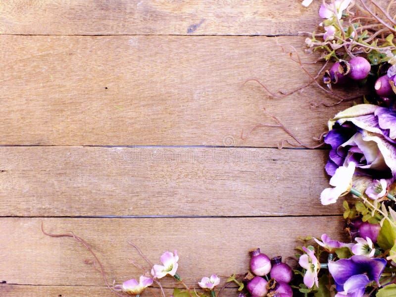 het purpere boeket van de rozenbloem met ruimte op houten achtergrond met filterkleur royalty-vrije stock foto