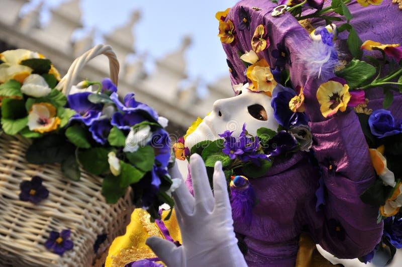 Het purpere masker van de bloemverkoper in Venetië Carnaval royalty-vrije stock fotografie