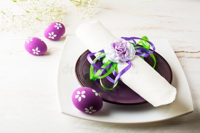 Het purpere mauve lilac Pasen-lijstplaats plaatsen stock afbeeldingen