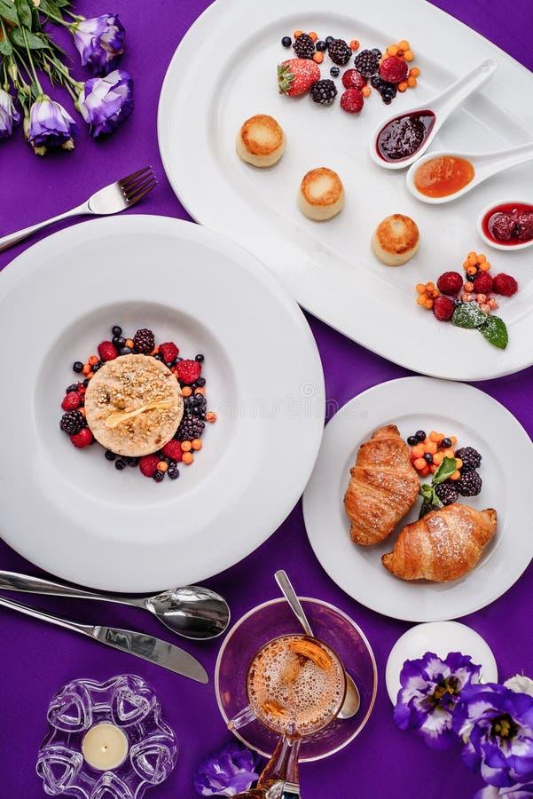 Het purpere ontbijt van de kleuren mooie ochtend royalty-vrije stock afbeeldingen