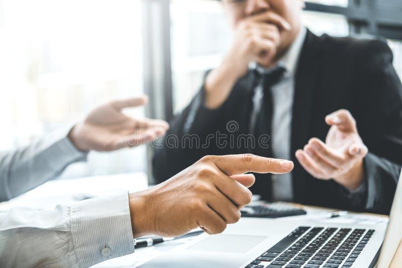 Het raadplegen Co-Werkende Commerciële Teamvergadering de Analyseinvestering van de Planningsstrategie en het bewaren van concept stock foto's