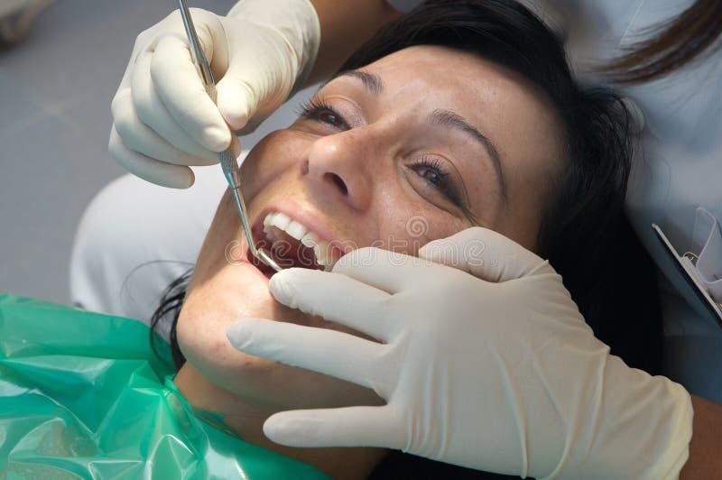Het raadplegen van een tandarts royalty-vrije stock afbeeldingen