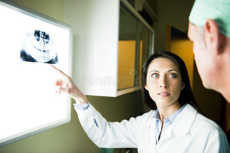 Het Raadplegen van tandartsen royalty-vrije stock afbeeldingen