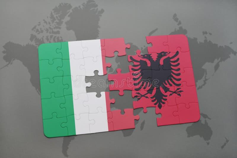 het raadsel met de nationale vlag van Italië en Albanië op een wereld brengen achtergrond in kaart stock foto