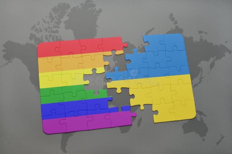 het raadsel met de nationale vlag van de Oekraïne en vrolijke regenboogvlag op een wereld brengt achtergrond in kaart stock illustratie