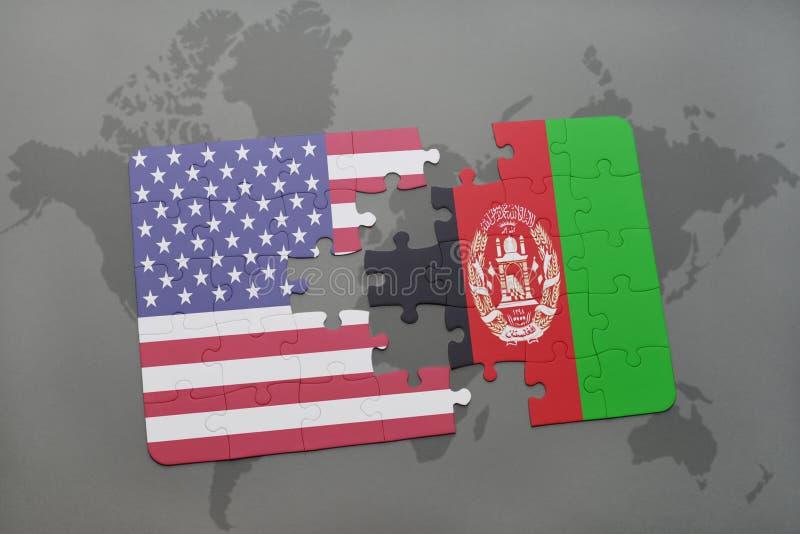 Het raadsel met de nationale vlag van de Verenigde Staten van Amerika en Afghanistan op een wereld brengen achtergrond in kaart stock illustratie