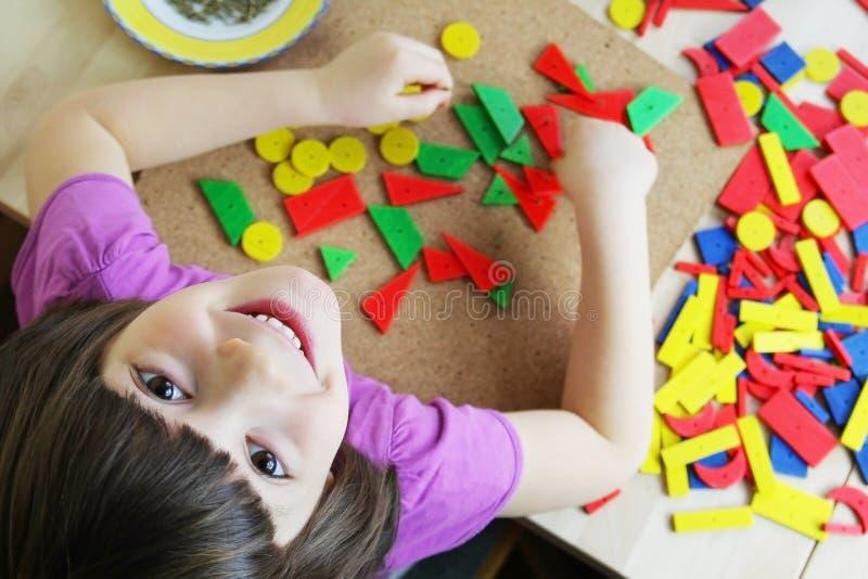 Het raadsel van Montessori. Peuter. stock foto
