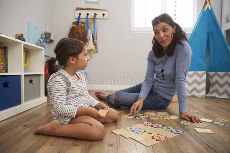 Het Raadselspel van het moeder Speelaantal met Dochter in Speelkamer royalty-vrije stock fotografie