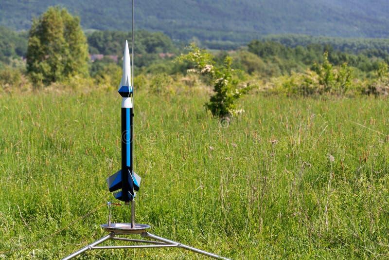 Het raketmodel treft voor startlancering voorbereidingen, de zomerdag stock foto's