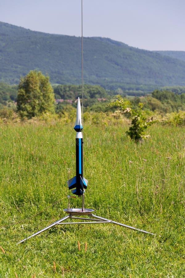 Het raketmodel treft voor startlancering voorbereidingen, de zomerdag royalty-vrije stock afbeelding