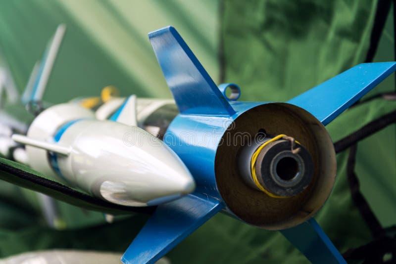 Het raketmodel treft voor startlancering voorbereidingen, de zomerdag stock fotografie