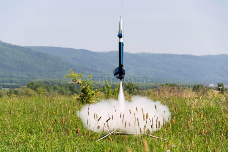 Het raketmodel treft voor startlancering voorbereidingen, de zomerdag stock afbeelding