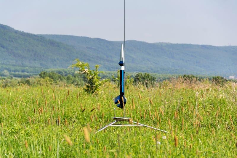 Het raketmodel treft voor startlancering voorbereidingen, de zomerdag royalty-vrije stock foto
