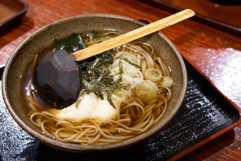 Is het Ramen nationale voedsel van Japan gelijkaardig aan de noedels die iedereen weet Een mengsel van lijnen maakte van talkpoed royalty-vrije stock foto