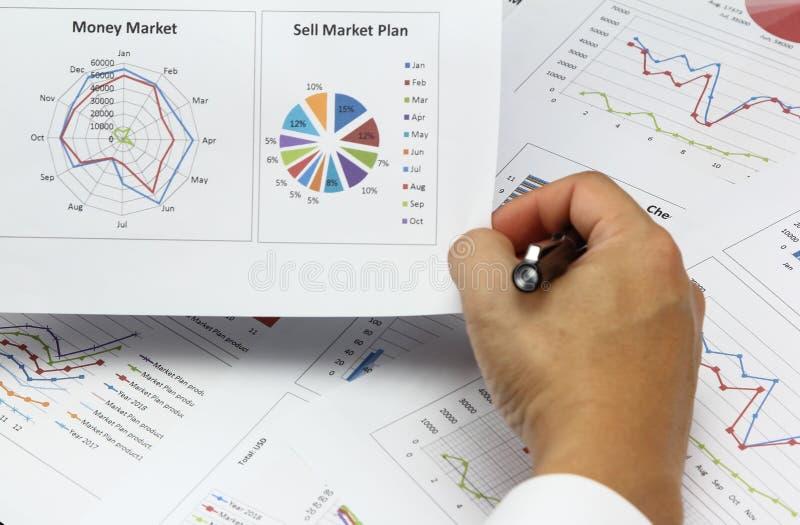 Het rapport van zakenmanSummary en verkoopt marktplan finan analyseren stock foto