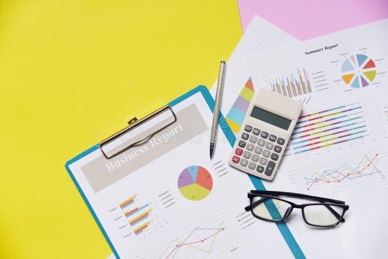 Het rapportdocument van de bedrijfsgrafiekgrafiek financieel document met calculatorpen en gele glazen royalty-vrije stock afbeelding