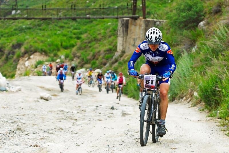 Het ras van de fiets op oude bergweg stock afbeelding