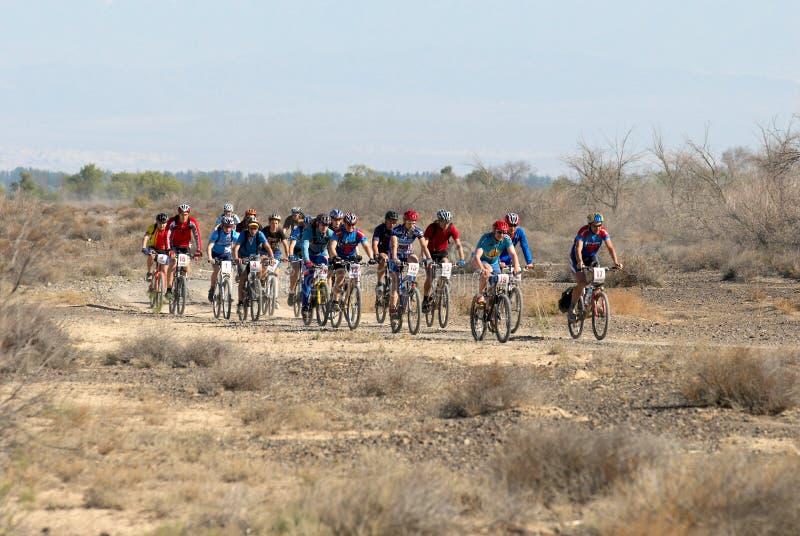 Het ras van de fiets op woestijnweg stock fotografie