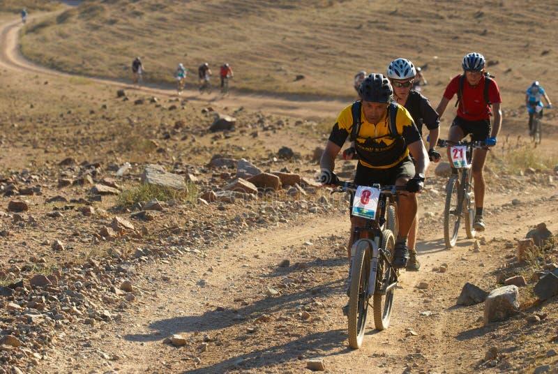 Het ras van de fiets in woestijn stock fotografie