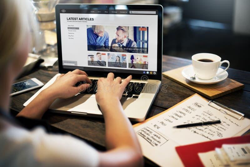 Het recentste Artikelwebpagina Concept van de Reclameaankondiging royalty-vrije stock foto