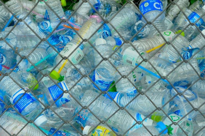 Het recyclerende centrum verzamelt plastic flessen royalty-vrije stock foto's