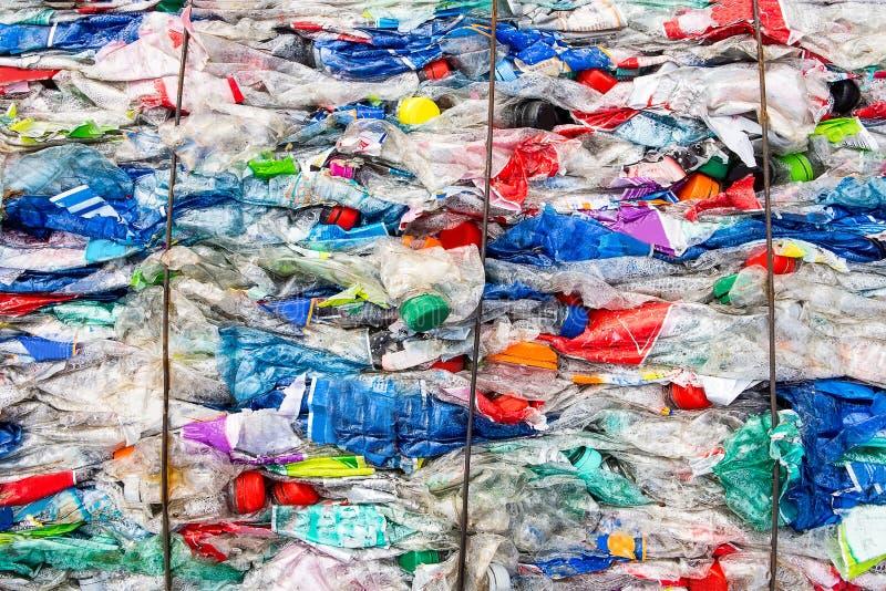 Het recyclerende plastiek en bewaart de Aarde stock foto's