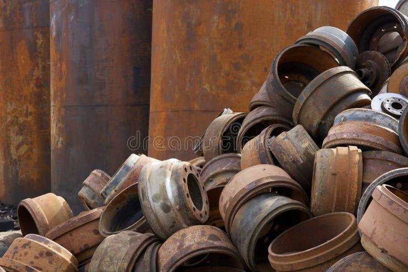 Het recycling van centrumstapels van buizenstelsel, metaal en andere schrootmaterialen stock afbeeldingen