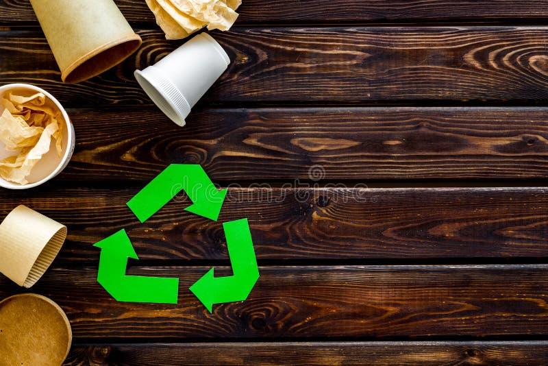 Het recycling van symbool met document en plastic kop voor ecologie op houten hoogste mening als achtergrond copyspace royalty-vrije stock fotografie