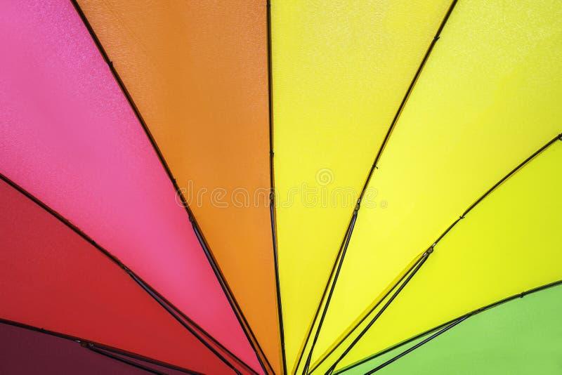 Het regenboog gekleurde patroon van de de zomerparaplu royalty-vrije stock foto