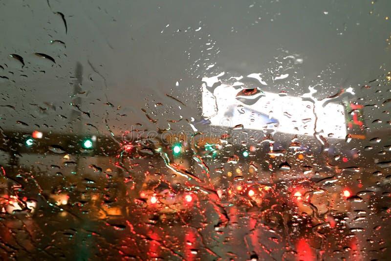 Het regenen bij tollway poort stock fotografie
