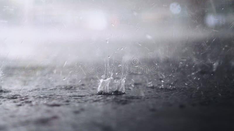 Het regent buiten De onderbreking van regendalingen in een vulklei stock afbeeldingen