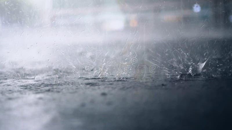 Het regent buiten De onderbreking van regendalingen in een vulklei stock fotografie