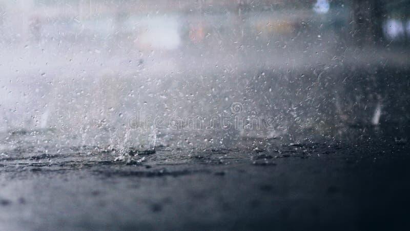 Het regent buiten De onderbreking van regendalingen in een vulklei stock foto's